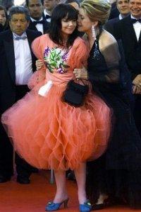 Björk con unos zapatos Estelle Yomeda azules...a sus pies