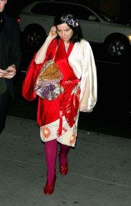 Björk con los zapatos abotinados rojos