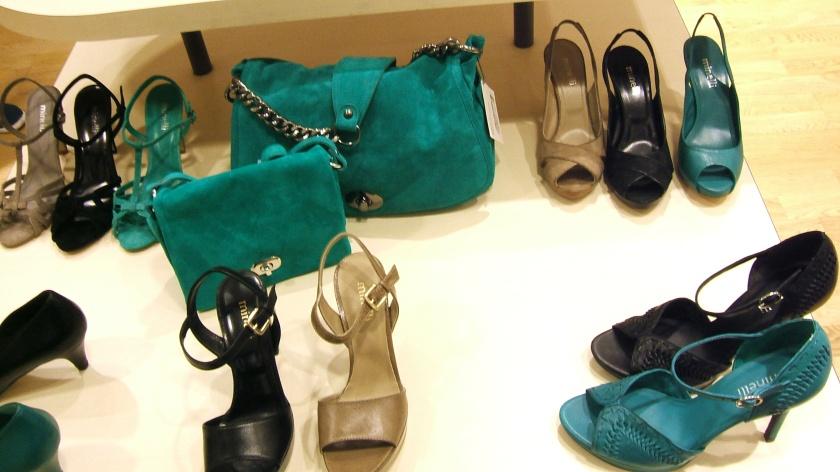 Además de todo un clásico como el zapato negro, se le une el de color nude que estiliza y alarga la pierna. La alternativa más vistosa: el turquesa. Pon el color a tus pies.
