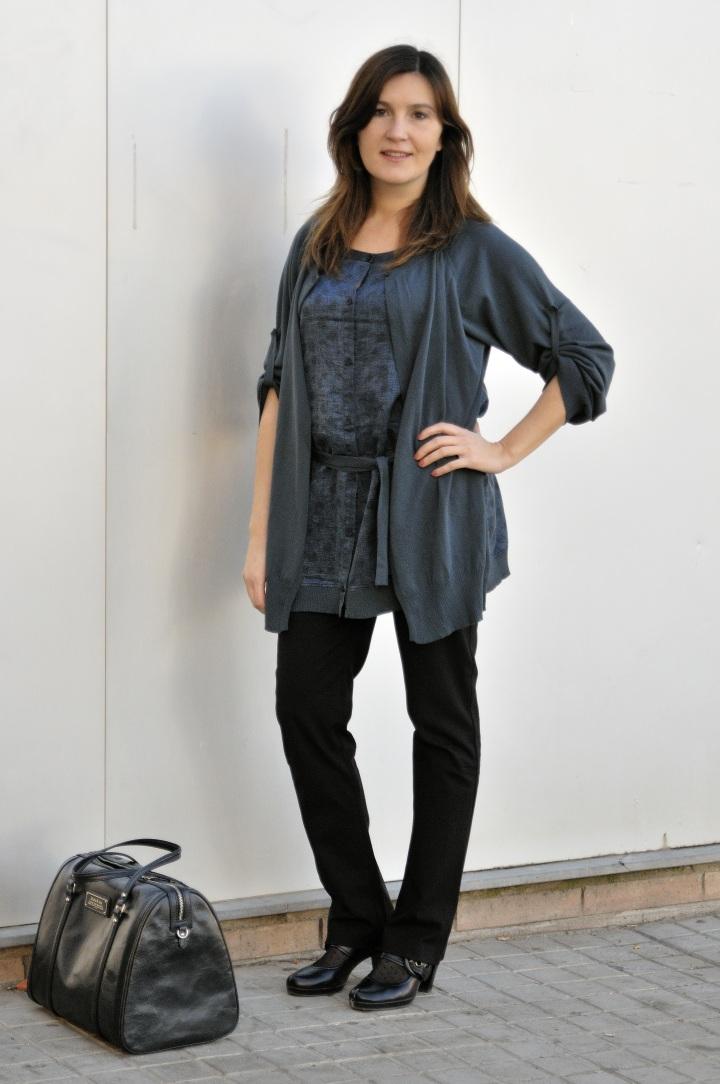 """Camisola en azul de Sita Mur, la parte de delante y detrás es seda y lo que """"simula"""" una chaqueta es de punto. Pantalones de Sita Mur, un básico de calidad."""