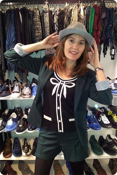 Christmas Shopping Barcelona - en MITO - probando sombreros