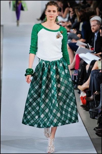 oscar-de-la-renta-coleccion-crucero-2013-conjunto-de-falda-con-vuelo-con-jersey-blanco-y-verde Oscar de la Renta