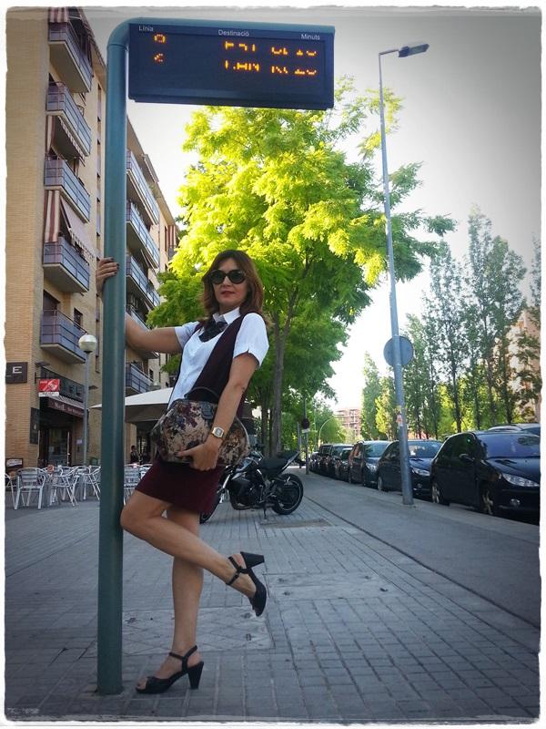 On the bus stop - Street Style - Falda Silvian Heich , Bolso Misako, chaleco Polca, camisa Amichi