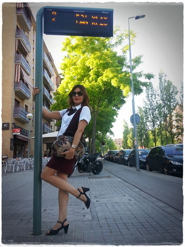 On the bus stop - Street Style - Falda Silvian Heich , Bolso Misako, chaleco Polca, camisa Amichi