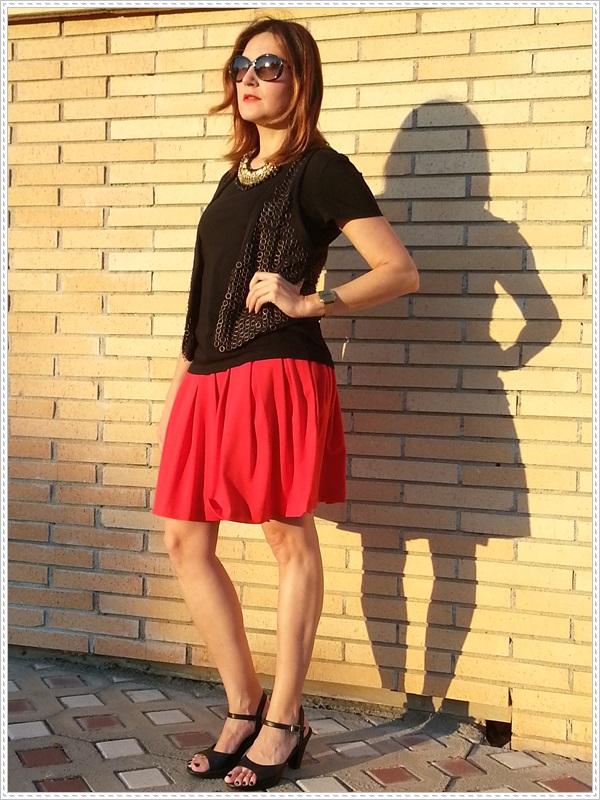 Street style Falda rosa Primark; Camiseta Polca; Chaleco Stradivarius, Collar Top Zara (2)