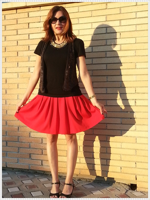 Street style Falda rosa Primark; Camiseta Polca; Chaleco Stradivarius, Collar Top Zara (3)