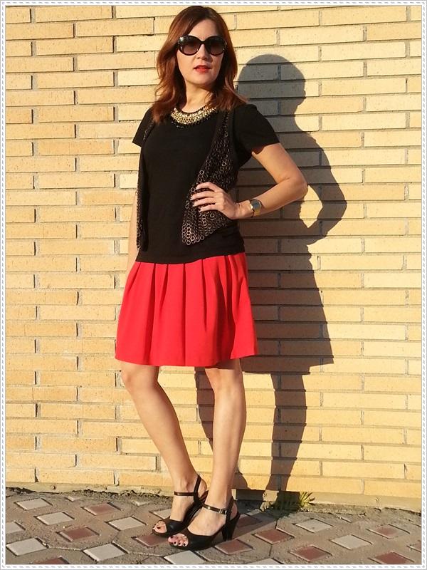 Street style Falda rosa Primark; Camiseta Polca; Chaleco Stradivarius, Collar Top Zara