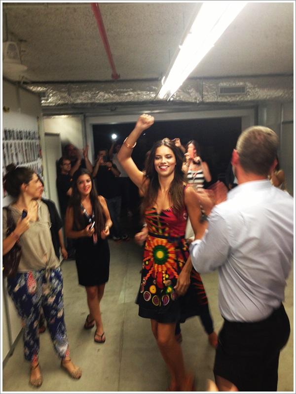 080 Barcelona fashion SS 2014 Adriana Lima baila batucada