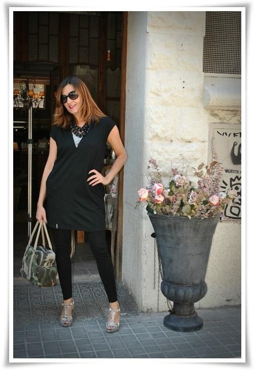 Casaca Sky Republic; leggins zara; top tank Zara; zapatos Pons Quintana; collar C& A, bolso camuflage Sitges (4)