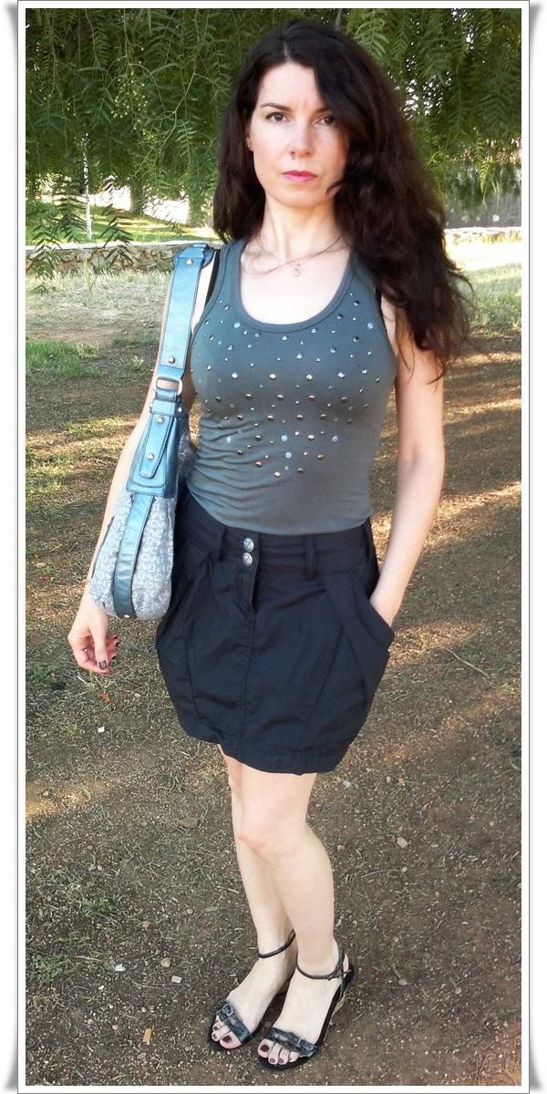 Falda Lois  (Navy Lois)  Camiseta Zara  Sandalias Exe  Bolso Guess