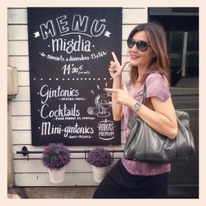 Falda Naf Naf, Camiseta hippie-chic en Siena, bolso Bimba & Lola, Zapatos Pons Quintana (2)