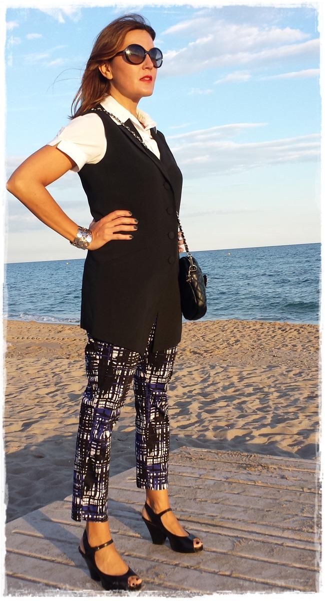 Pantalones H&M, chaleco vintage, camisa Amichi; zapatos Pura Lopez, bolso local store customizado