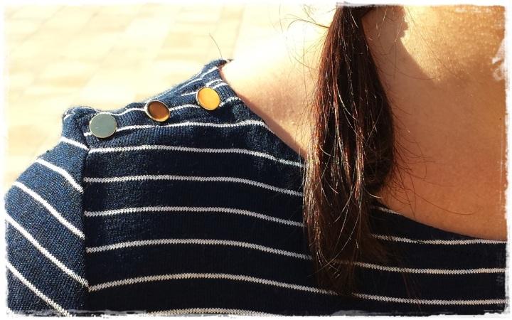 Cuidatuimagen, Looks de otoño, autumn looks, trendy looks, jeans primark, camiseta navy mango, Bolso Guess, Gafas Rayban, Sneakers Xti, Lara Croft (5)