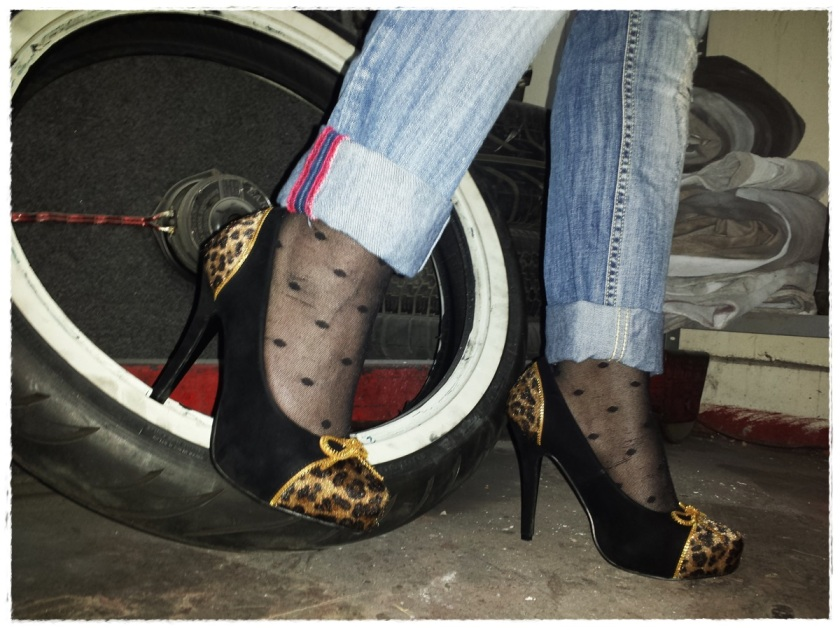 Cuidatuimagen, trendy and trash, blusa Blanco, chaqueta Polca, Pantalones Mango, medias topitos Calcedonia, zapatos Stylistpick, gafas de sol massimo Dutti, bolso Stradivarius, trendy looks, it-girl 9