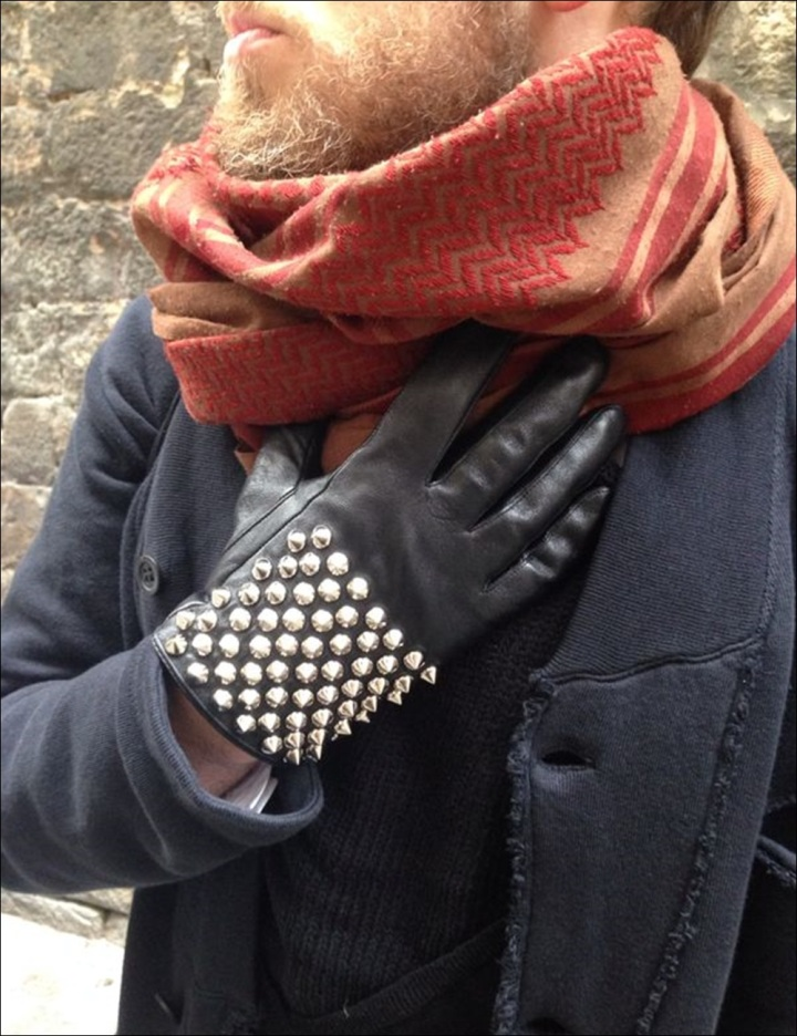 Cuidatuimagen, Victor, Esencia Barcelonina; Syngman Cucala; H&M, Zara, Religion, Batallata, Rent Shop, Barcelona, guantes con tachuelas -2