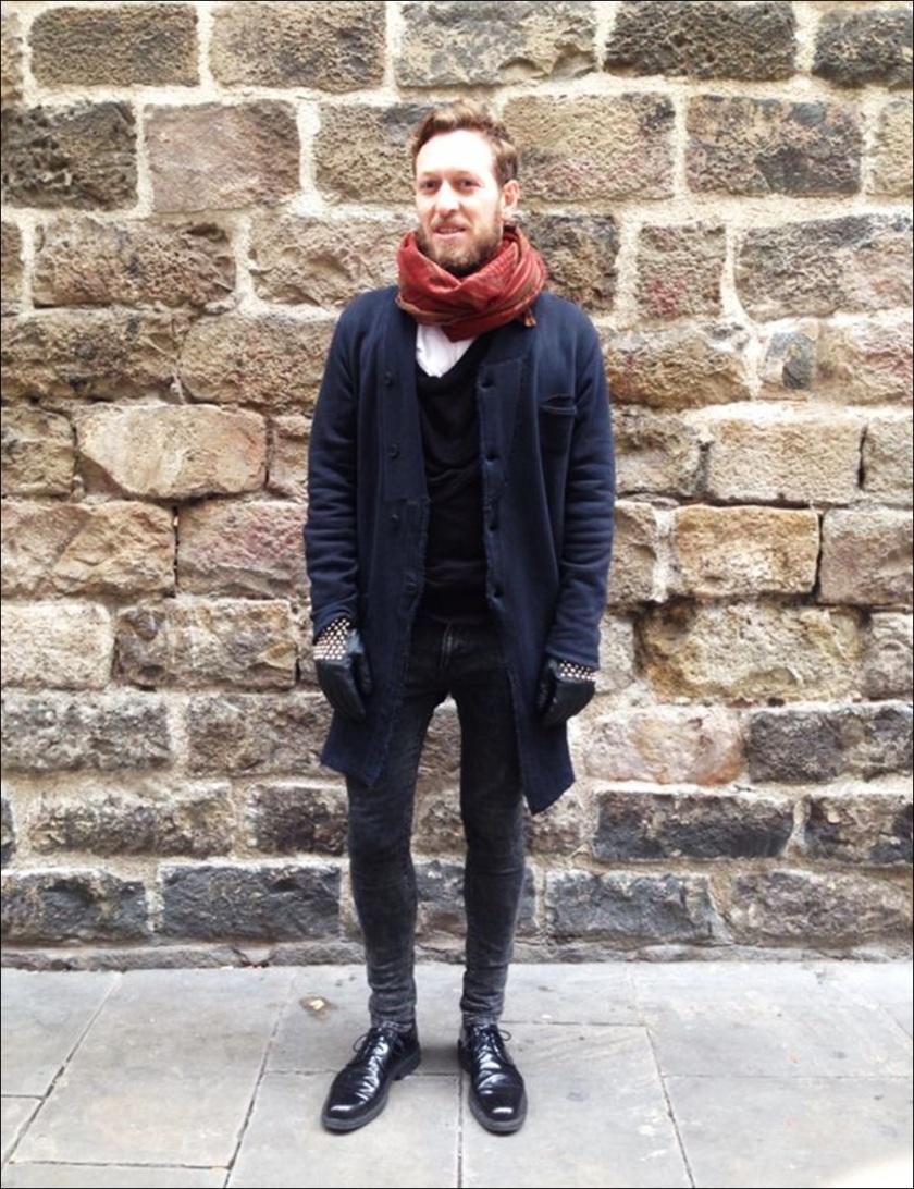 Cuidatuimagen, Victor, Esencia Barcelonina; Syngman Cucala; H&M, Zara, Religion, Batallata, Rent Shop, Barcelona, guantes con tachuelas-8