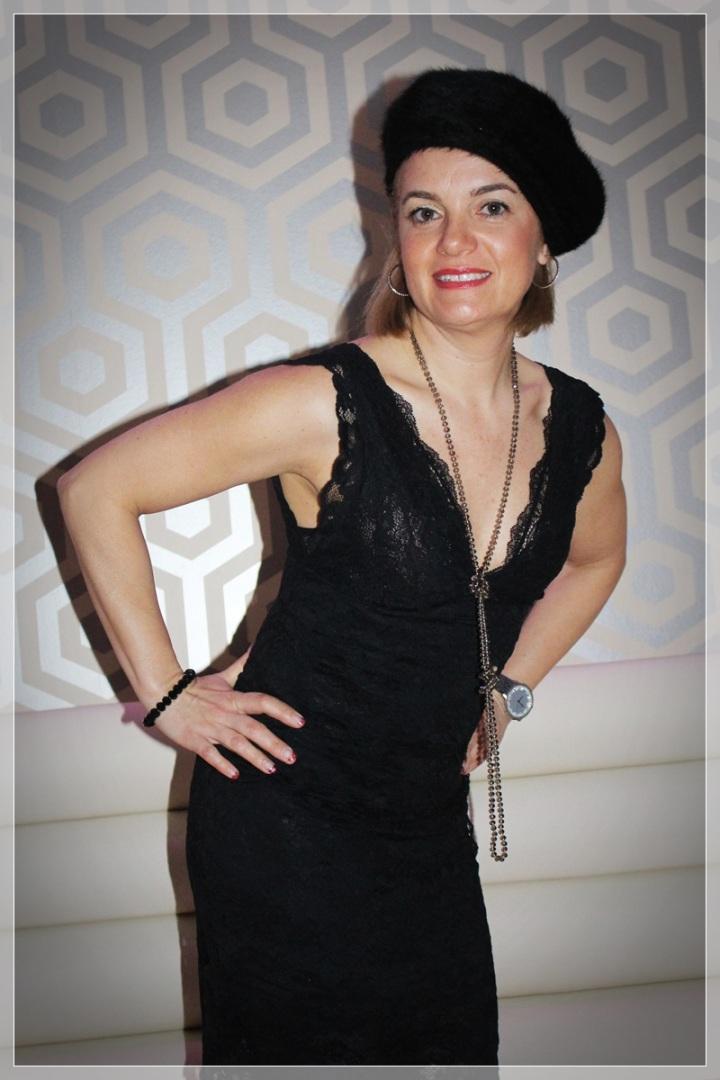 MONTSE-1, Vestido negro, accesorizar, LBD, trendy looks, LBD Intimissimi, Medias Philippe Matignon, Zapatos Frenesia, Collar City Times Sabadell.
