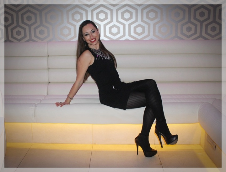 VIRGINIA-1, Vestido negro, accesorizar, LBD, trendy looks , LBD Bershka, Zapatos Berska, Collar Zara, Pendientes Mercado artesanal, Medias Calzedonia