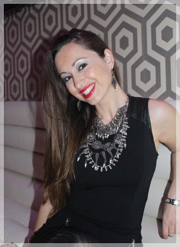 VIRGINIA-3, Vestido negro, accesorizar, LBD, trendy looks , LBD Bershka, Zapatos Berska, Collar Zara, Pendientes Mercado artesanal, Medias Calzedonia