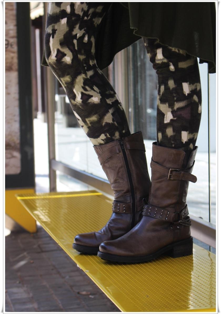 Cuidatuimagen, casual looks, leggins Texenis, Colgante Lío de Faldas, Botas Walk & Fly, camisa Stradivarius 4