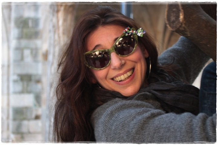 Cuidatuimagen, Street style, Barcelona, Raval, Julia, gafas pajarita, grey coat, retro sneakers 3