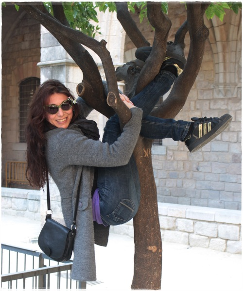 Cuidatuimagen, Street style, Barcelona, Raval, Julia, gafas pajarita, grey coat, retro sneakers 4
