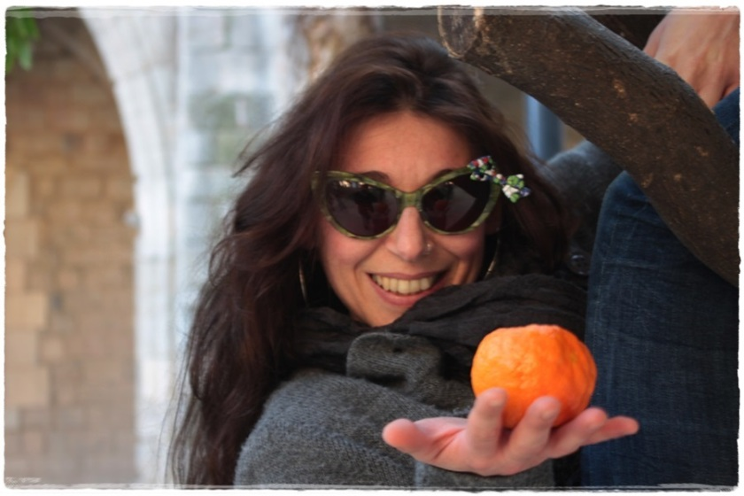 Cuidatuimagen, Street style, Barcelona, Raval, Julia, gafas pajarita, grey coat, retro sneakers