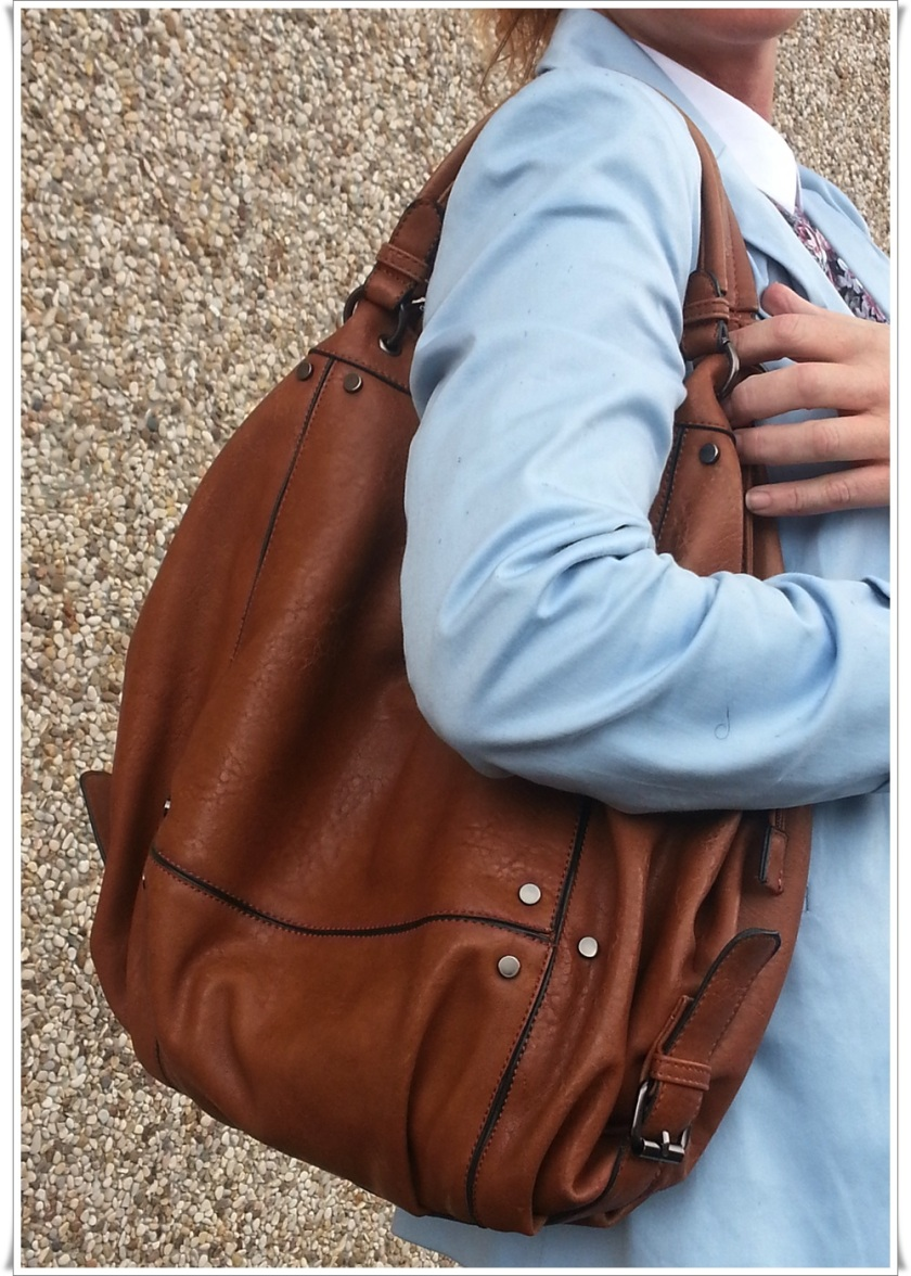 Blazer azul pastel Stradivarius, Camisa Stradivarius, Pantalones Zara, Bolso Misako, Reloj Swatch, Zapatos Shoto made in Italy by Stefano Medori 3