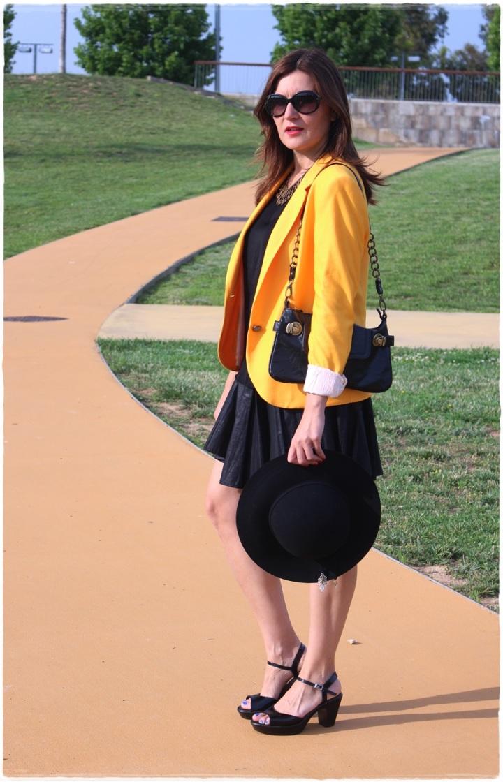Cuida de ti, Cuida tu imagen, spring looks, street style, fedora hat, yellow blazer zara, skirt H&M, bag Pepe Jeans 3