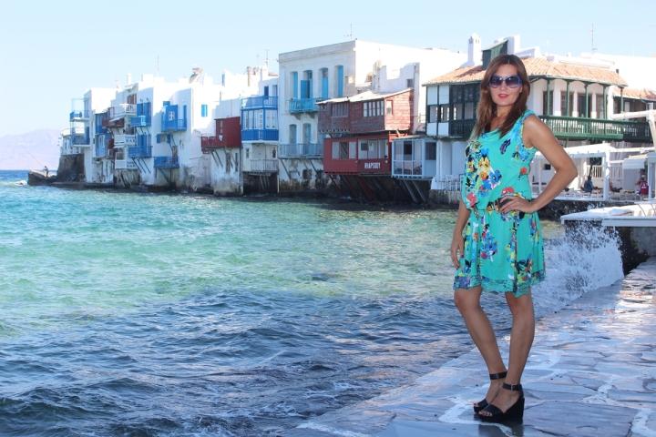Cuida de ti, cuida tu imagen, vestido modelo Aloha, marca Surkana, Street style,Mykonos, looks de verano, summer looks, estampados, mediterraneamente 80