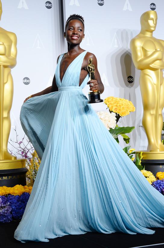 Lupita Nyong'o, Cuida de ti, cuida tu imagen, apantonearse, pantoneando, colores-pantone-decoratualma-rosa-cuarzo-azul-serenidad 345