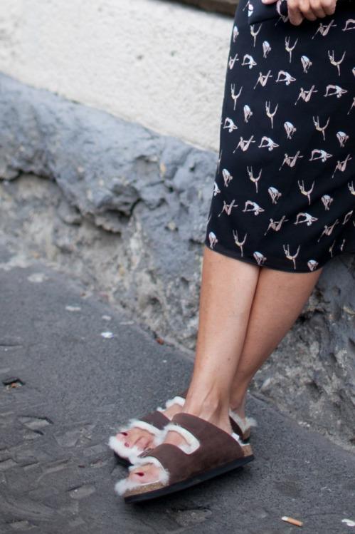Celine-furry-sandals, Cuida de ti, cuida tu imagen, Furry Sandals, el retorno del yety, modas locas, tendencias absurdas, zapas peludas by CELINE 2