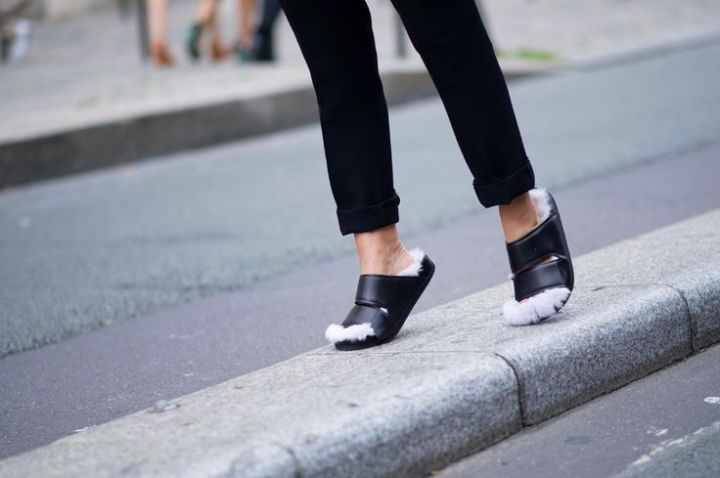 Celine-furry-sandals, Cuida de ti, cuida tu imagen, Furry Sandals, el retorno del yety, modas locas, tendencias absurdas, zapas peludas by Rihanna