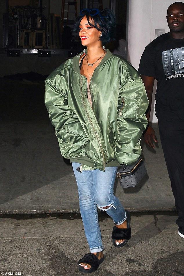 Cuida de ti, cuida tu imagen, Furry Sandals, el retorno del yety, modas locas, tendencias absurdas, zapas peludas by Rihanna 23