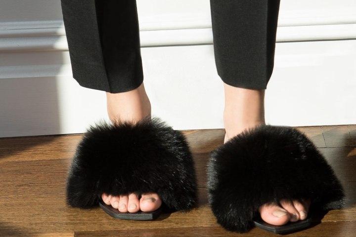 Cuida de ti, cuida tu imagen, Furry Sandals, el retorno del yety, modas locas, tendencias absurdas, zapas peludas by Rihanna 45