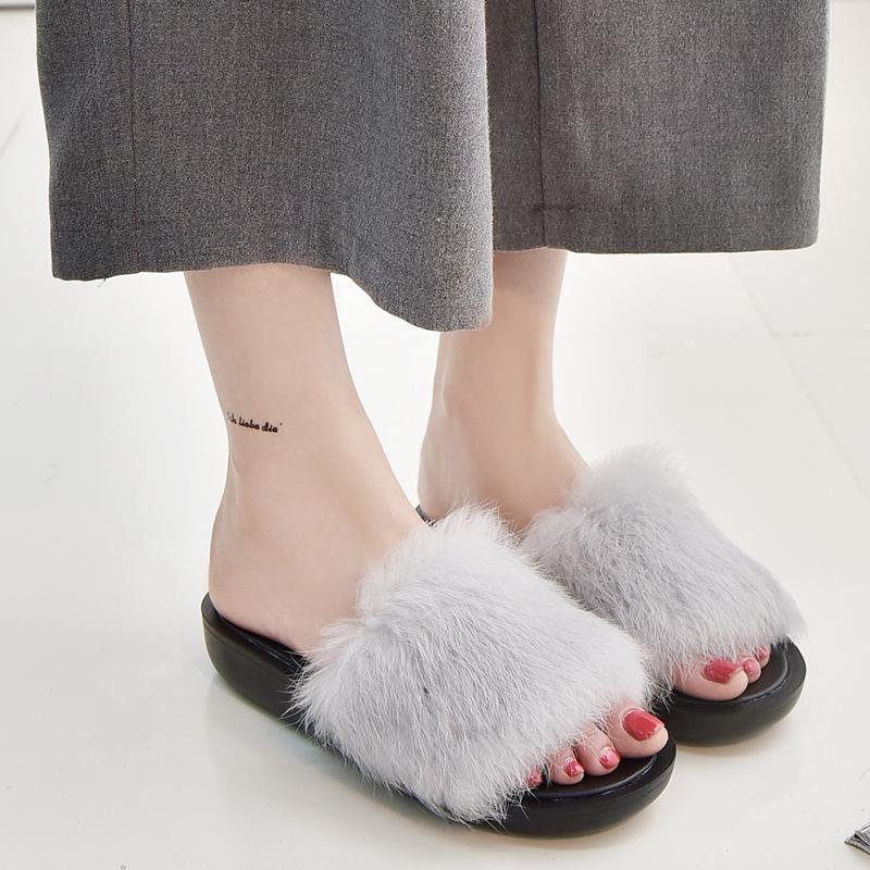 Cuida de ti, cuida tu imagen, Furry Sandals, el retorno del yety, modas locas, tendencias absurdas, zapas peludas by Rihanna 99