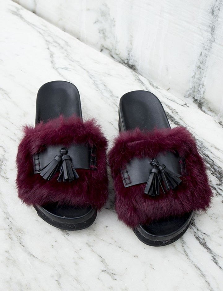 Cuida de ti, cuida tu imagen, Furry Sandals, el retorno del yety, modas locas, tendencias absurdas, zapas peludas by Rihanna 998
