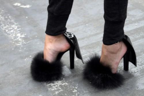Deluxe-Ladies-Lace-up-font-b-Fur-b-font-font-b-Sandals-b-font-High-Heel, Cuida de ti, cuida tu imagen, Furry Sandals, el retorno del yety, modas locas, tendencias absurdas, zapas peludas by Rihanna