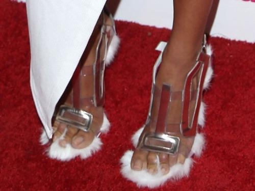 Draya-Michelle-fur-sandals-1, Cuida de ti, cuida tu imagen, Furry Sandals, el retorno del yety, modas locas, tendencias absurdas, zapas peludas by Rihanna