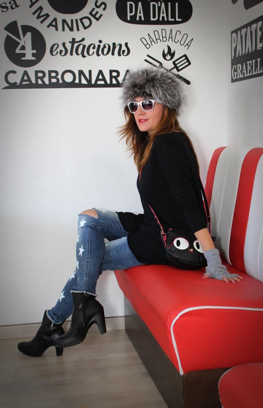 cuida-de-ti-cuida-tu-imagen-todo-al-gris-que-frio-pantalones-con-estrellas-stripped-jeans-bolso-gato-gorro-rusa-botas-pons-quintana-3