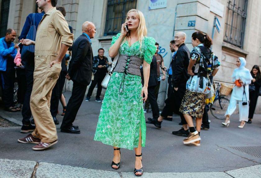 corse-si-cuida-de-ti-cuida-tu-imagen-milan-fashion-week-tendencias-primavera-2017-street-style-la-pasarela-en-la-calle-modelitos-looks-outfits-fashion-week